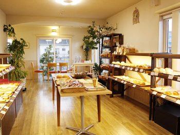 明るい店内でイートインできるパン屋!季節のクリームボックスも