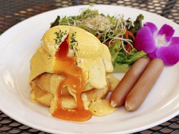 とろ~り卵とチーズが幸せ!エッグベネディクトのパンケーキ