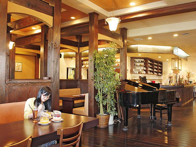 木のぬくもりある、居心地の良い店内。中央にはグランドピアノが置かれている