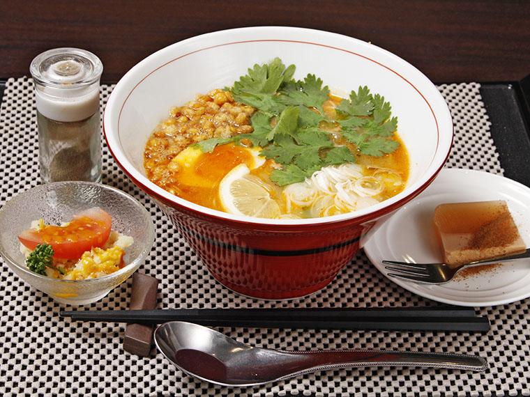 ミャンマーのヌードル料理「モヒンガ」(700円)