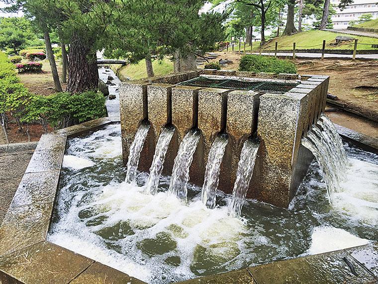 「分水のモニュメント」。NHK 郡山支局側から公園内に入ったところにある
