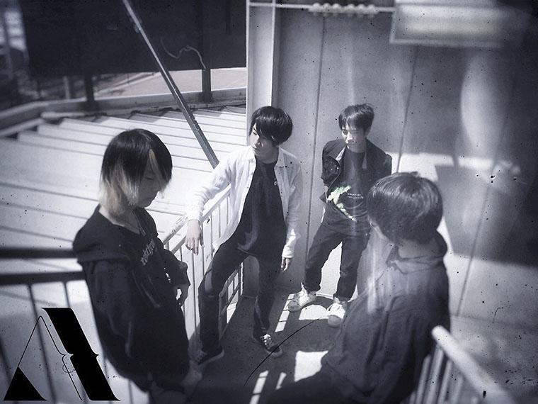 左からRyota(Gt)、Haruki(Vo)、Ryuhei(Dr)、Kazuyuki(Ba)