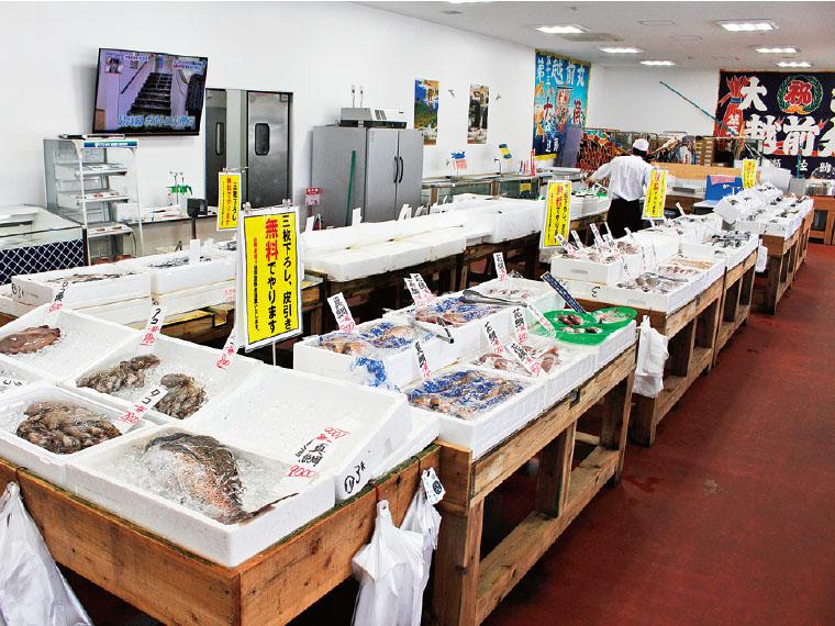 隣接の「網元鮮魚直売場」。佐渡前の新鮮な魚介、総菜や弁当を販売しており、その場で食べることもできる