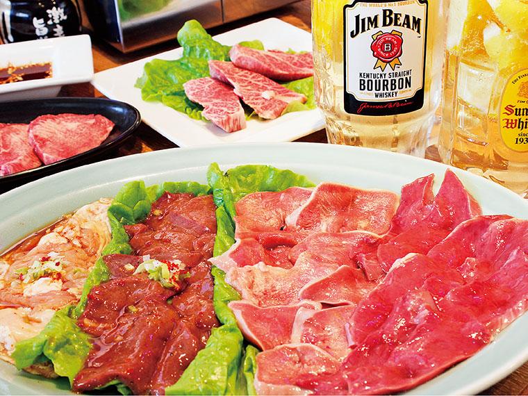 手前が『食楽』人気の4品、 しろ、レバー、豚タン、ハツ が味わえる「鮮度一番4品盛」(1,700円・2~3人前)