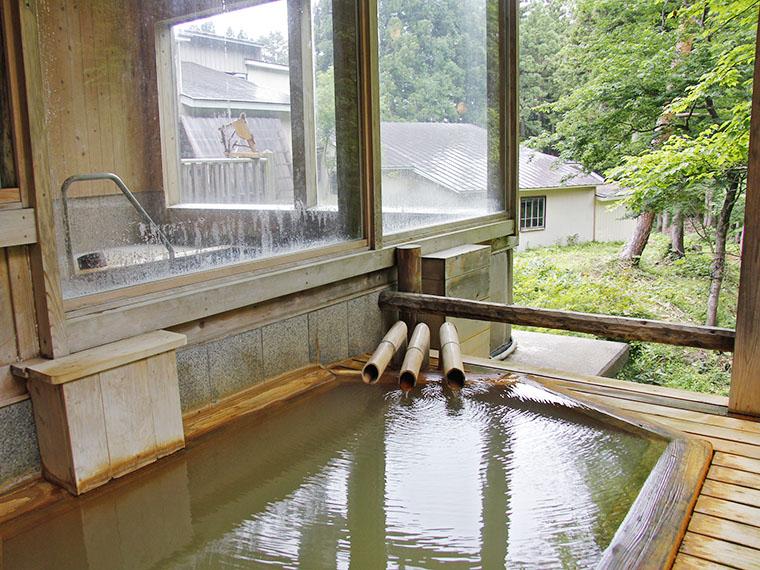 内湯に併設された屋根付きの露天風呂はにごり湯です