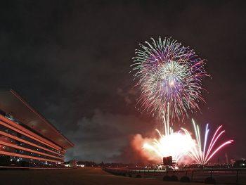 福島競馬場の夏の風物詩、約5,200発の花火を打ち上げ!