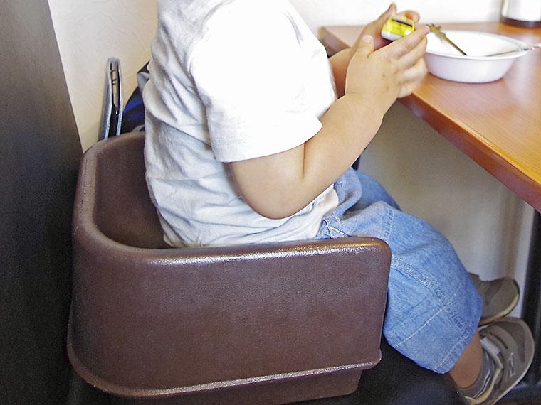 小さな子どもは、席の高さを調整してくれる座椅子を借りることができます