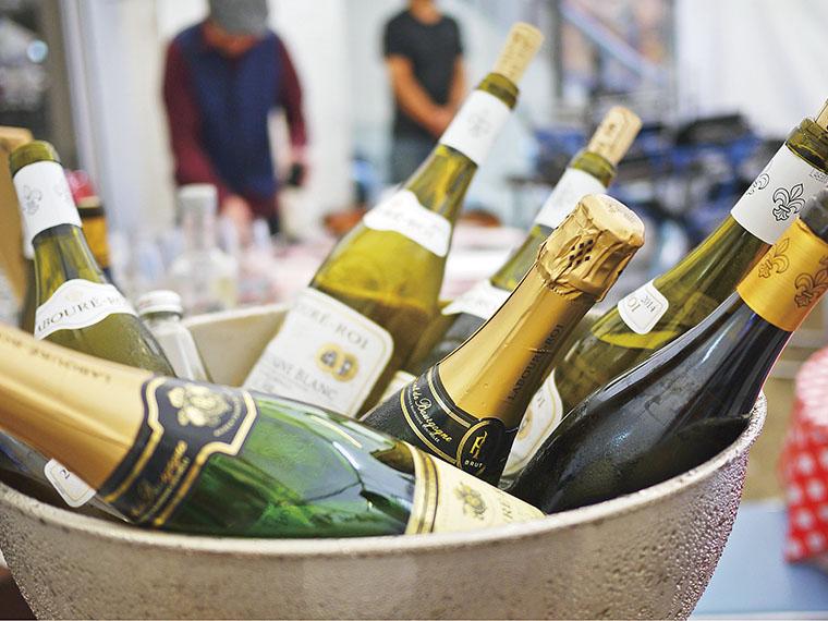 当日は、まず受付で販売する500円のグラスを購入。その後そのグラスに様々なワインを購入して注いでもらう。2018年は、リサイクル可能な新素材のトライタン樹脂グラスを採用。使い終わったグラスは200円で引き取ってもらえる