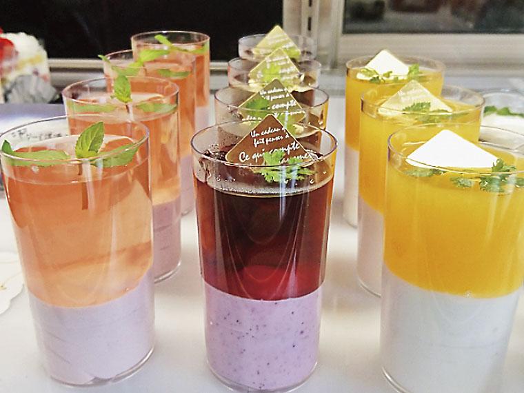 「ヨーグルとゼリー」(1個400円)。左からピンク(アセロラ)、パープル(ブドウ)、オレンジ(オレンジ)