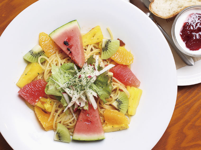 [果物屋さんのフルーツパスタ1,080円]温かいものと冷たいカッペリーニから選べる。ヨーグルトとパン付き。果物は季節により変更