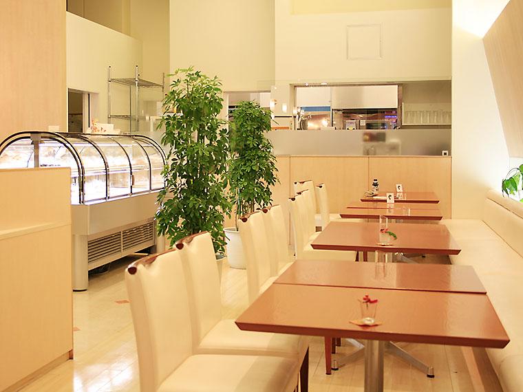 果物を贅沢に使ったパフェやドリンクも充実しており、ゆっくりカフェタイムを過ごすことができる