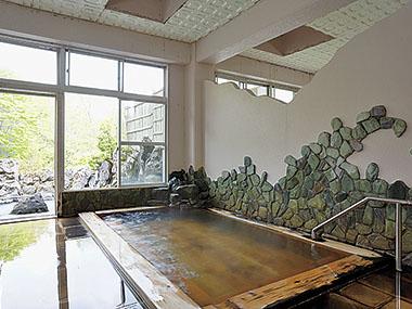 館内には単純温泉を引く、もう1つの浴室があります。桧造りの内湯はレトロな雰囲気