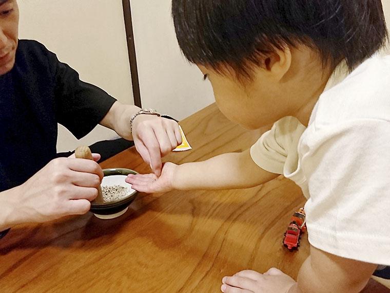 夫が注文した「特醸とんとろ」付属のすりゴマを「ちょーだい!」と何度も食べまくる息子。