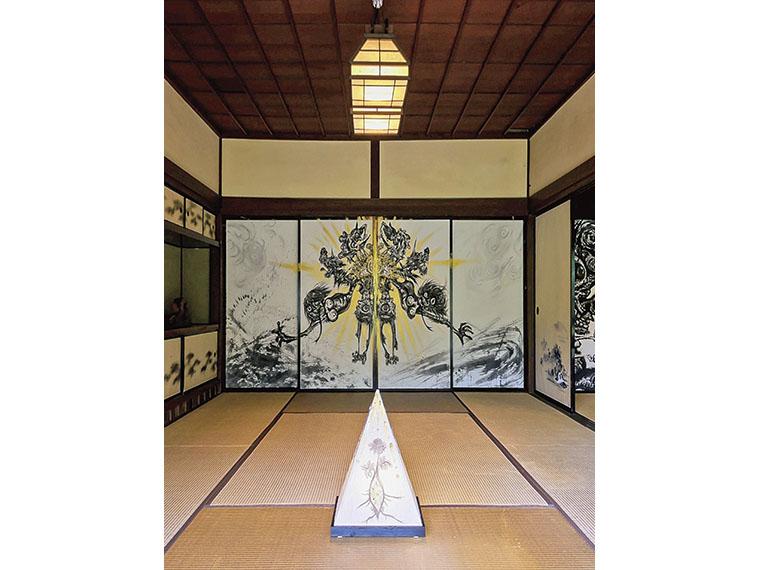 〈小松美羽「智恵子へ 祈り」2016年.墨.金泥.上川崎和紙〉昨年智恵子の生家で公開された小松美羽の展示風景。今年は刺繍作家・清川あさみの新作を展示