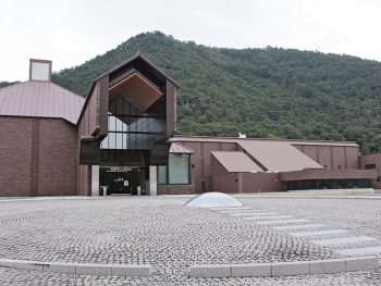 日本のゴッホと呼ばれる画家・長谷川利行の作品が並ぶ