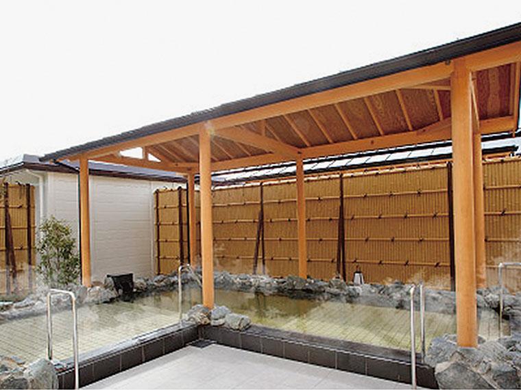 自慢の屋根付き露天風呂はテレビ付き。深さが三段階あり、全身浴から半身浴まで楽しめる