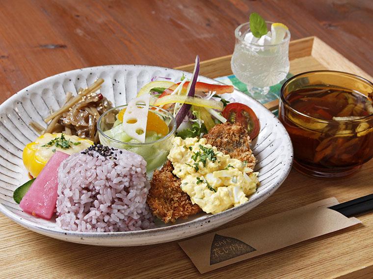 「本日のランチ」(1,000円)。写真の主菜はタルタルソースが乗ったアジフライ。プラス500円でケーキとドリンクがセットに