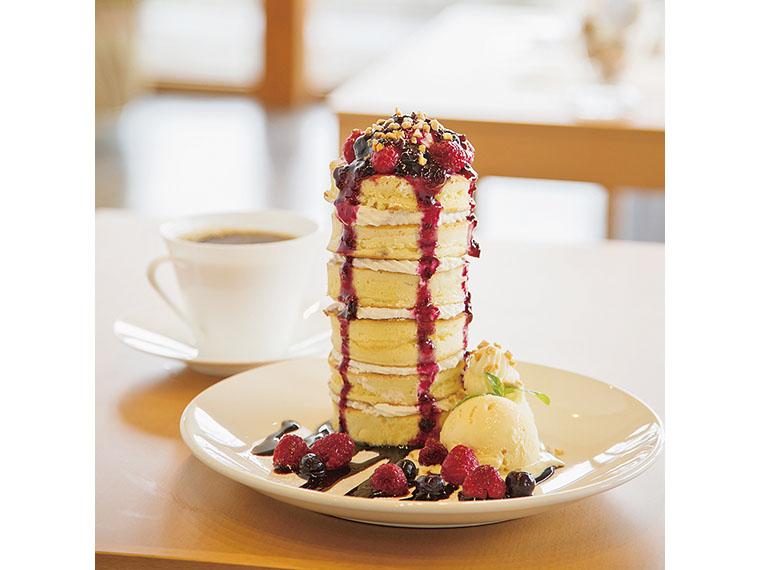 「ベリーベリーパンケーキタワー」(3段540円~6段860円)。ベリーの酸味がアクセントに