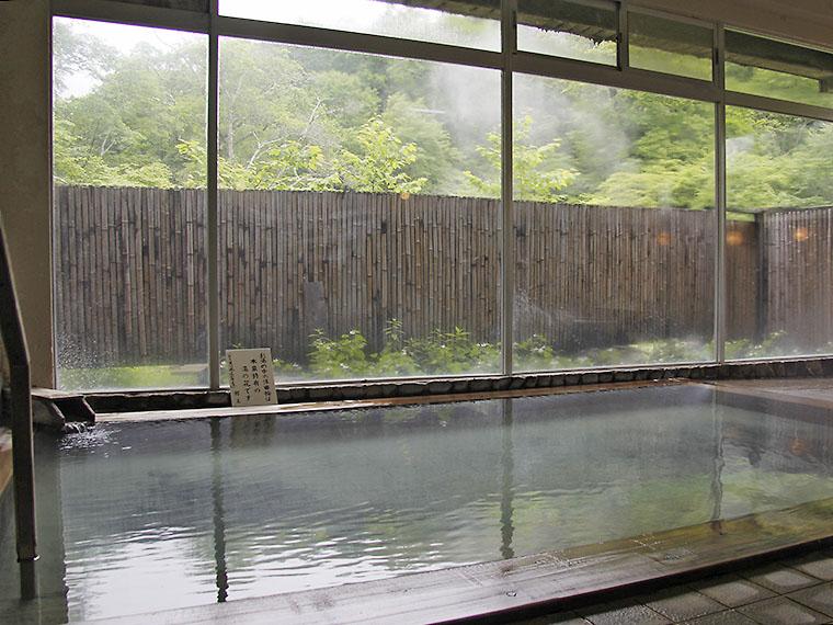 男女別の浴室(露天風呂と内湯)は単純温泉。この他、渓流沿いのワイルドな露天風呂(混浴)も