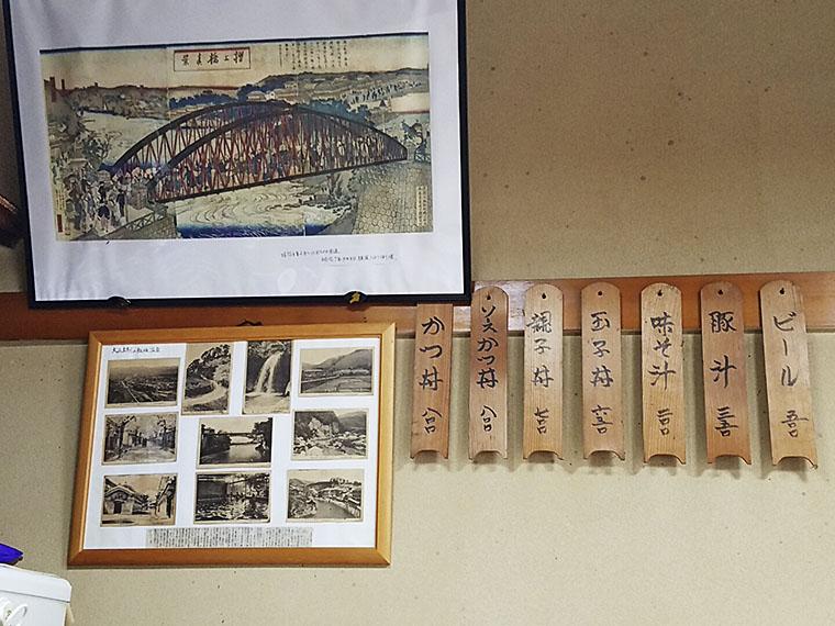 壁には木札のメニュー
