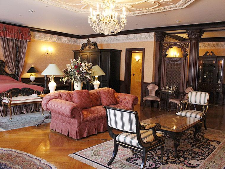 マナーハウス内。マホガニーを使用した家具やシャンデリアで高級感あふれる雰囲気