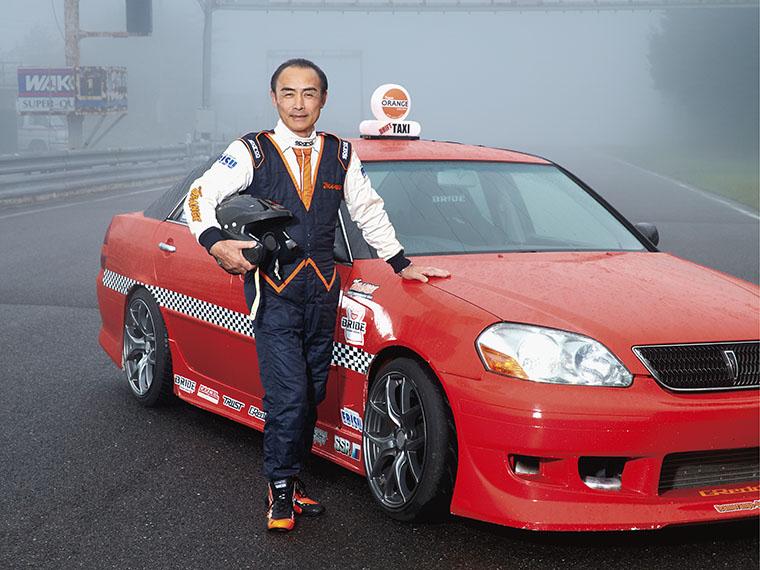 『エビスサーキット』でドリフトタクシーのドライバーに扮する新野 洋・二本松市長