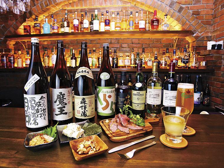 レアな蒸留酒も揃い、自分好みの酒を探すことができる。自家製のフードも魅力
