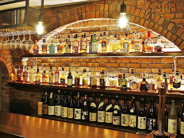 蒸留所を思わせるデザインの店内に、きれいに並べられたボトルが目を引く