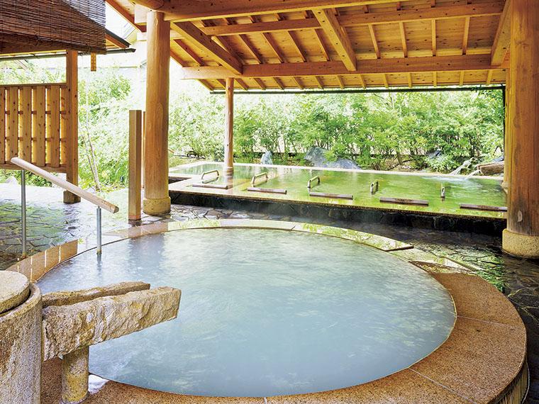 女性露天風呂は「絹の湯」「寝転びの湯」「立ち見の湯」がある。3種の源泉かけ流しだ