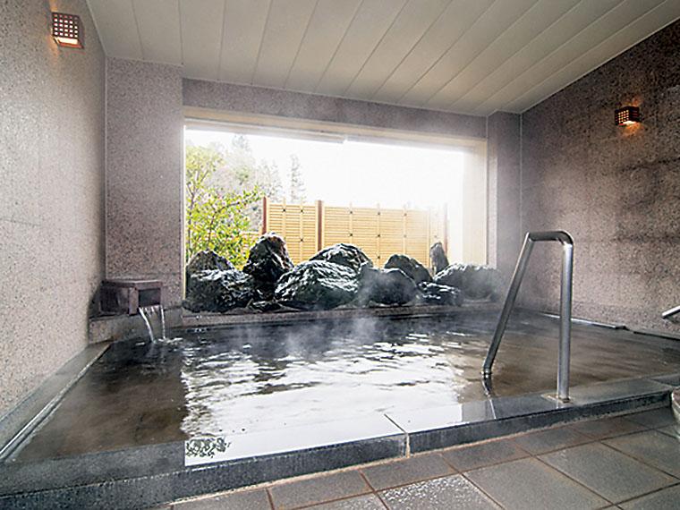 天候を気にすることなく浸かれる半露天風呂は主に女性用
