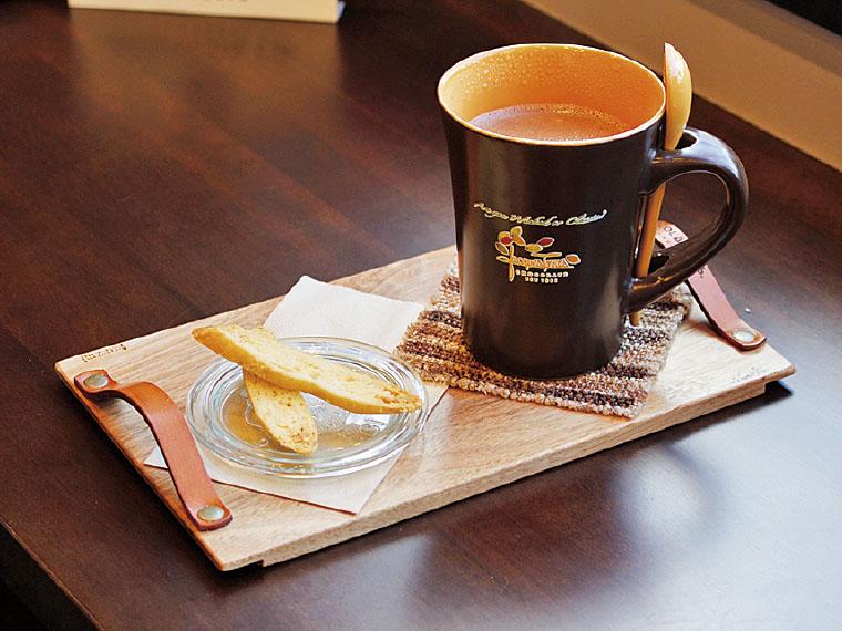 「Jacques Torres Chocolate」のホットチョコレート(842円・Tall)。チョコレートのための甘くないビスコッティがセット