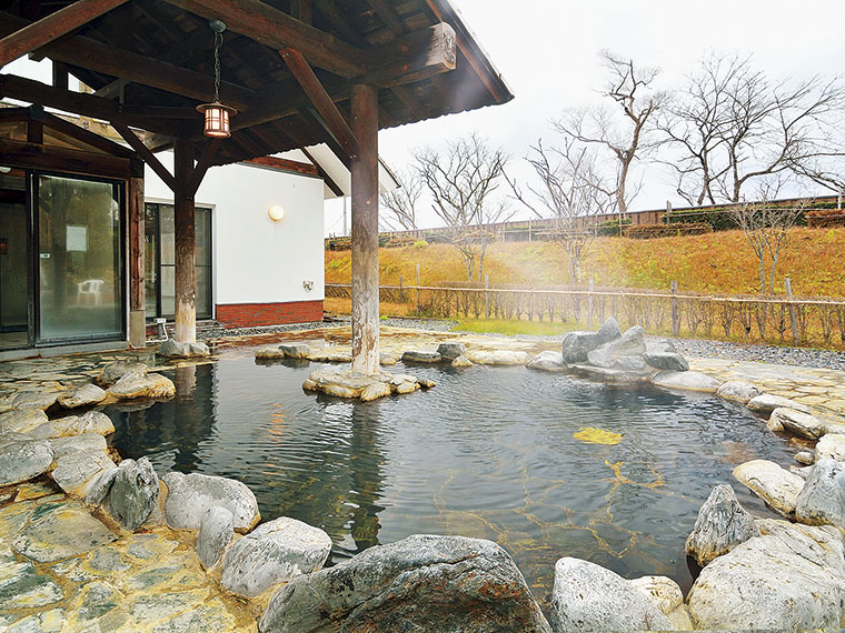 自然に囲まれた、岩造りの露天風呂