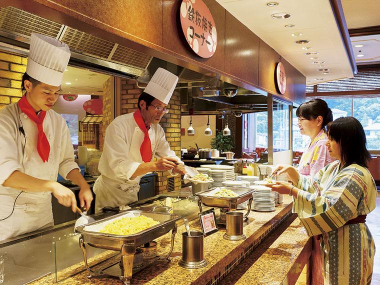 迫力あるライブキッチンで出来立ての料理を提供する。平日でも多くの人で賑わう