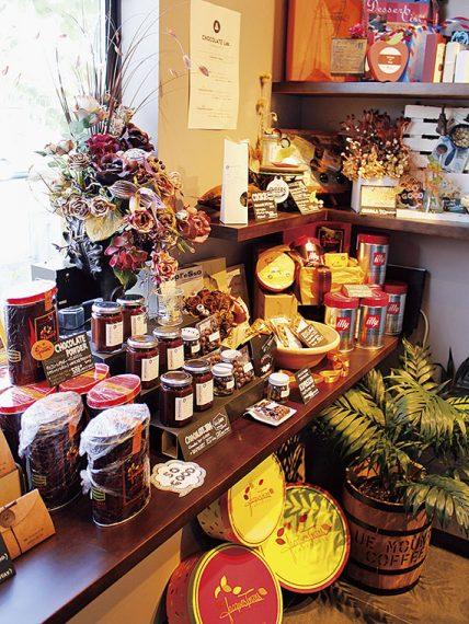 チョコレートパウダーやチョコレートジャム、チョコレート菓子なども販売。出会えたらラッキー!