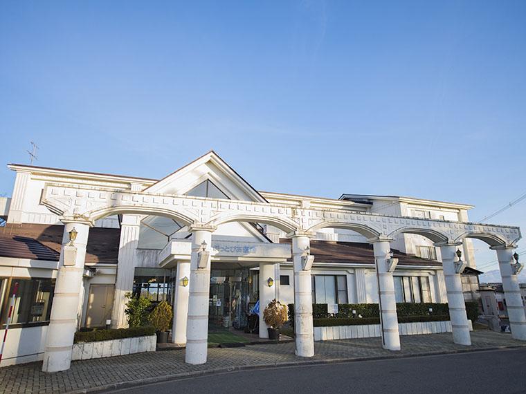 会津の自然豊かな丘陵地に建つ。会津若松インターからは車で20分ほど