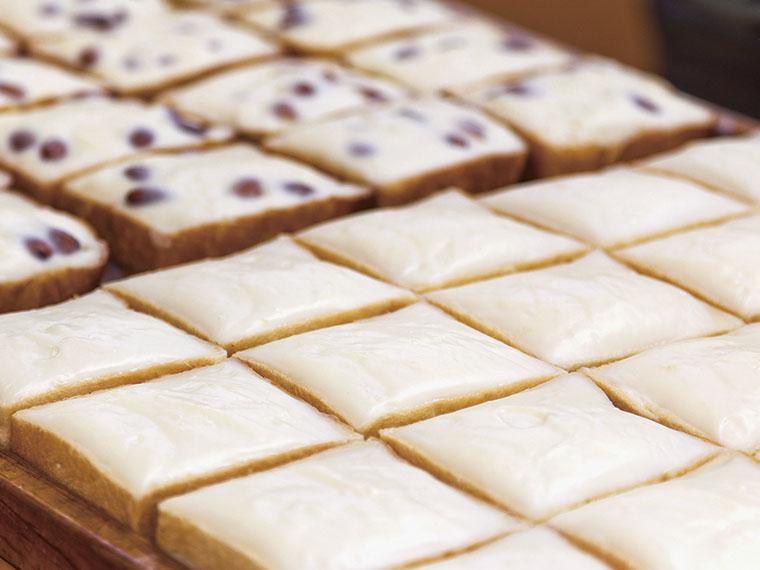 「クリームボックス」(110円)、奥はローストしたアーモンドを散りばめた「アーモンドボックス」(130円)。オーブントースターで4、5分焼き直すと、さらにサックリとした食感となり、ミルクの風味が増すそう