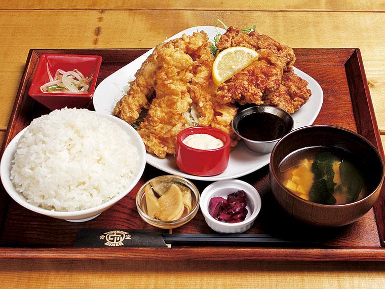 「ハーフ&ハーフ定食」(900円)。ごはんは大盛り無料!