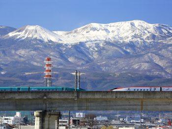新幹線の車窓から見た、吾妻連峰の初冠雪