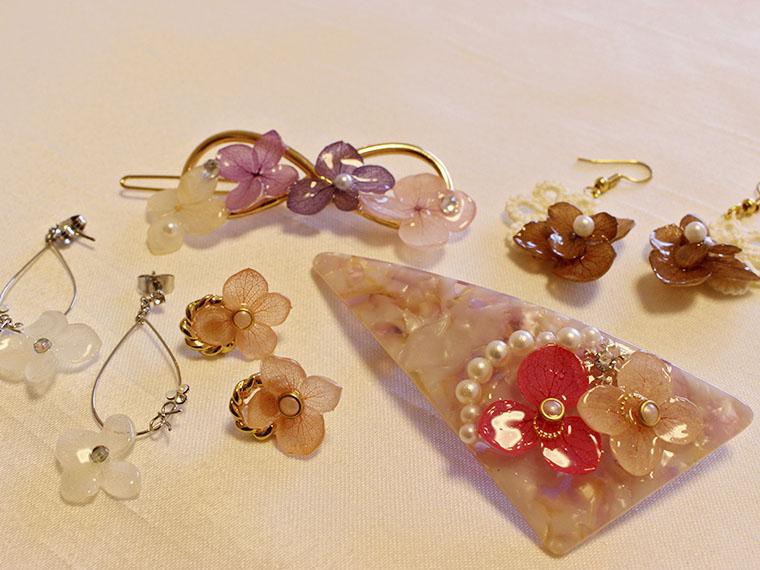 レジンアクセサリーの体験レッスンではあじさいの花でバレッタやネックレスなどを作成する