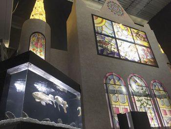 カラフルな魚たちとステンドグラスで幻想的な空間に!