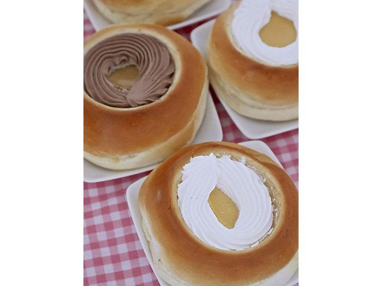 「プリンパン」は要冷蔵。持ち運びに時間がかかる場合は保冷バック持参がおすすめ。店頭には総菜パンやおにぎりも並ぶ