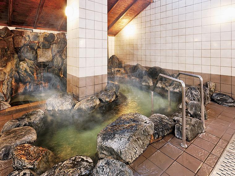 ゴロゴロとした大きな岩を用いた「宝の湯」。奥には打たせ湯もあります