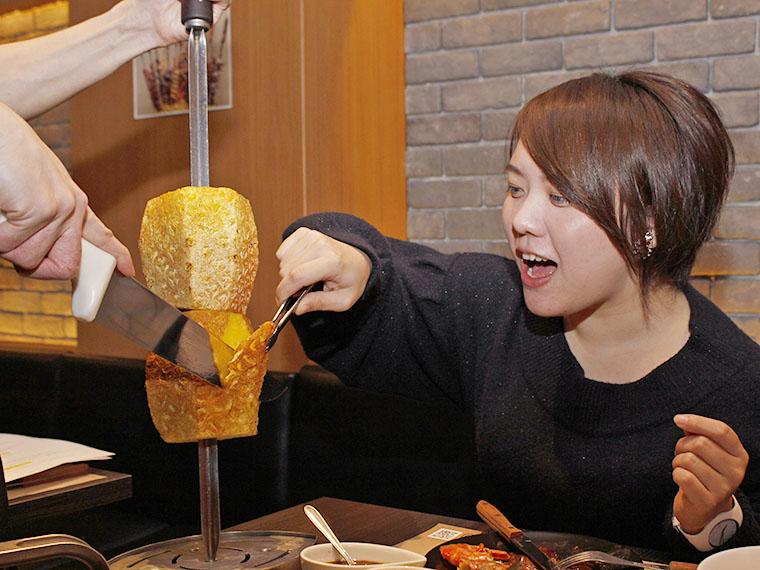 シナモンがかかった、まるごと焼きパイナップル!このサッパリ感、お肉の合間にすごくいい!