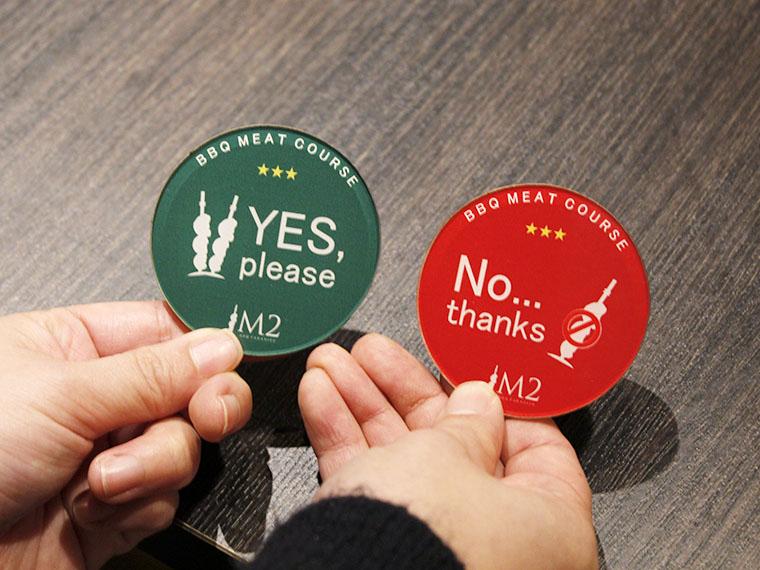 左のコインは「まだ食べられますよ」のサイン。コインを「No,thanks」に裏返さない限り、BBQが容赦なく運ばれてきます