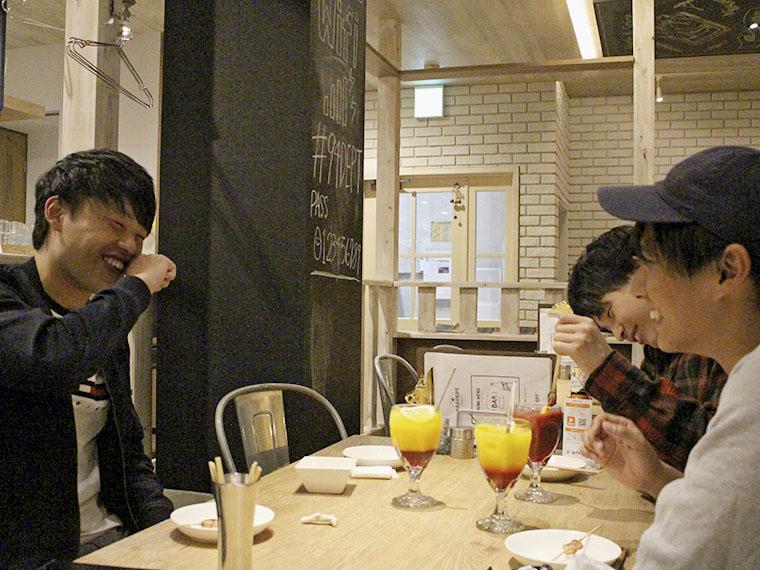 江黒 航君(左)、髙橋 慧君(右奥)、伊藤靖臣君(右)