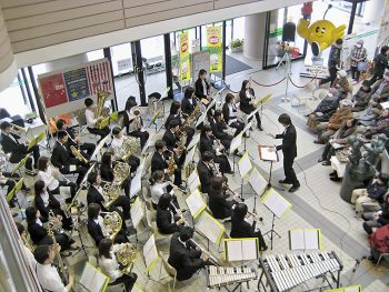 結成20周年を迎えた楽団が、素敵なハーモニーを奏でる