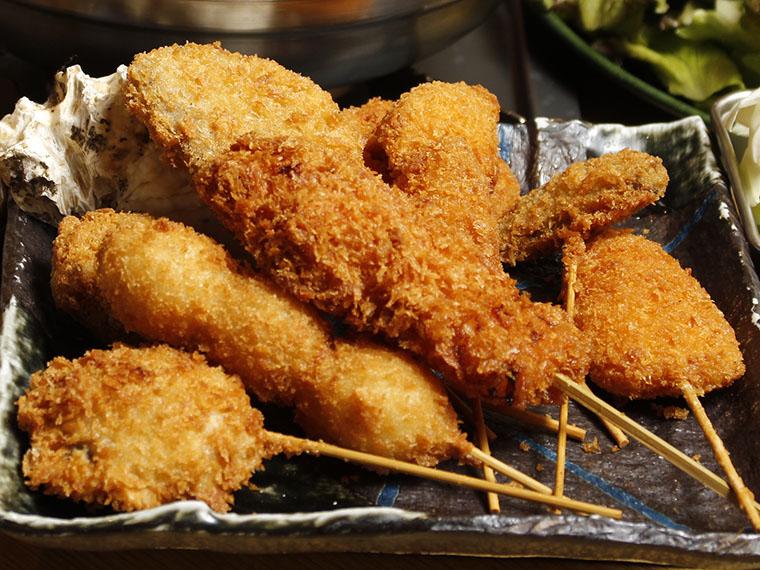 「元祖串カツ」をはじめ、豚カツ、エビ、イカなど人気のラインアップが揃う