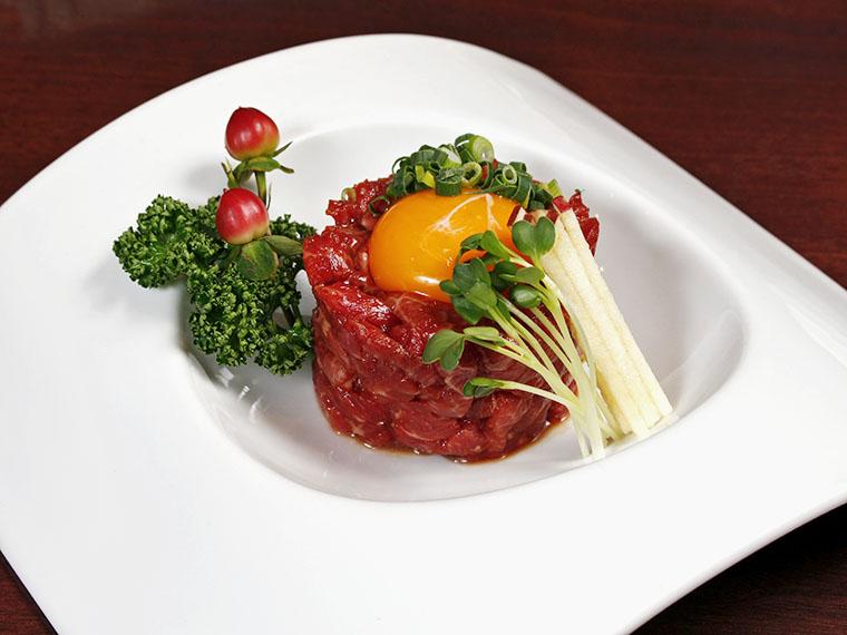 「牛肉のユッケ」(1,815円)。醤油ベースの特製ダレが肉の旨みと絶妙にマッチ