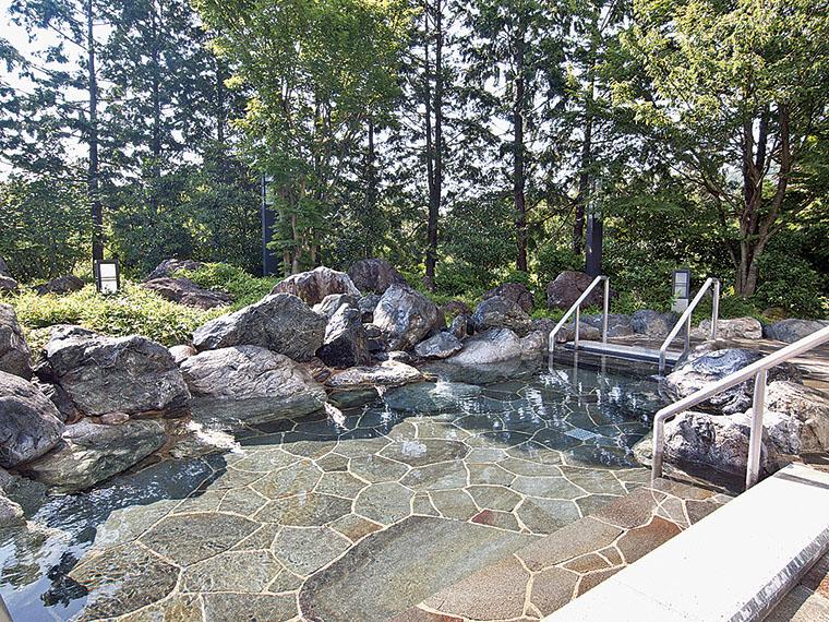 内湯で身体を温めたら、緑に囲まれた露天風呂へ