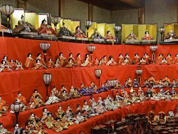蔵の街で古くから継承されてきた雛人形がずらり
